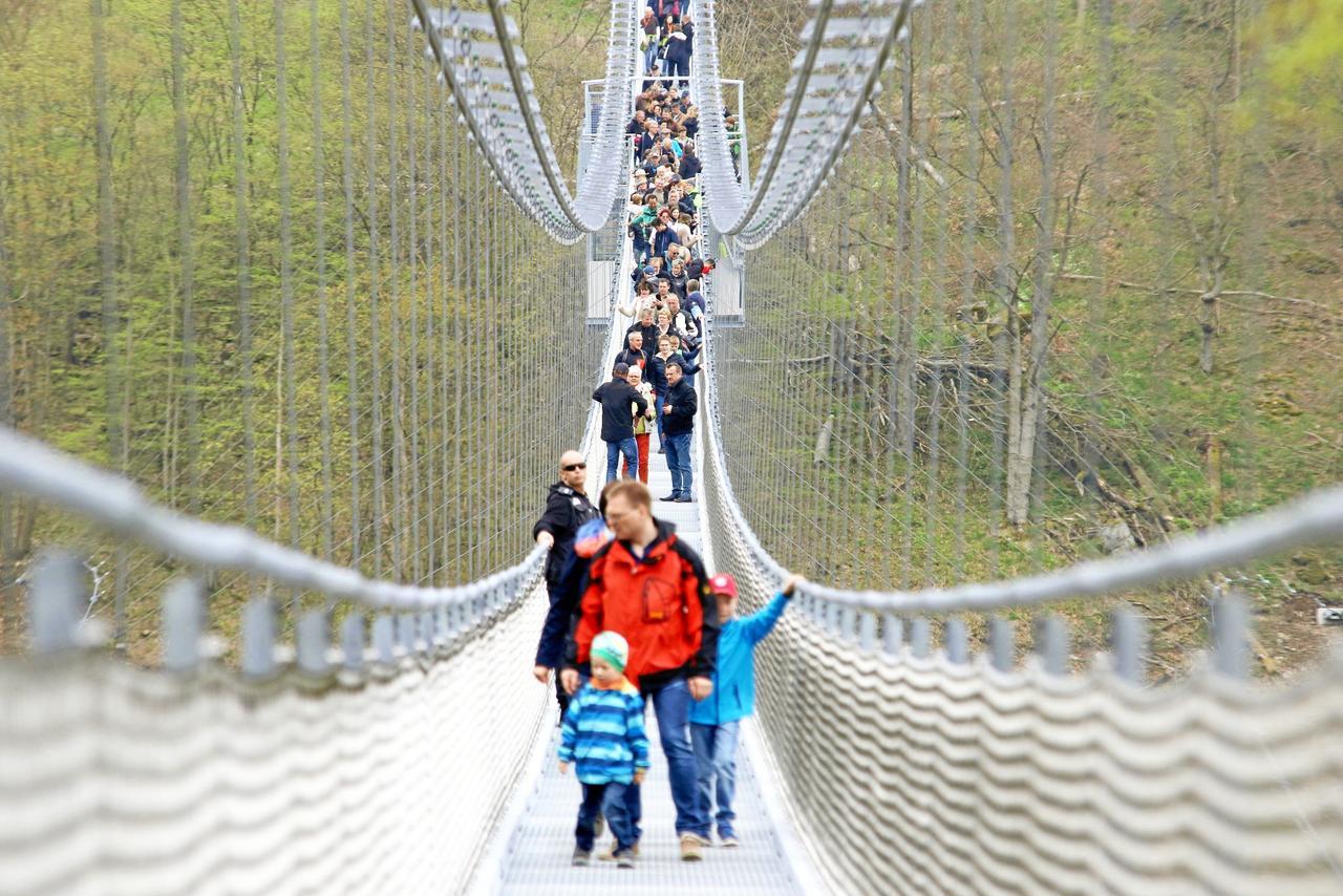 Mann springt von Hängeseilbrücke
