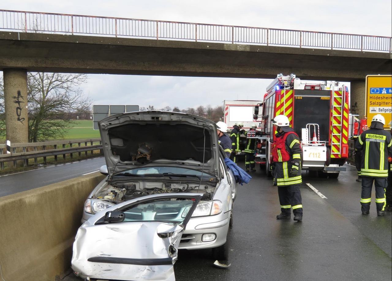 Frau nach Unfall aus Auto befreit