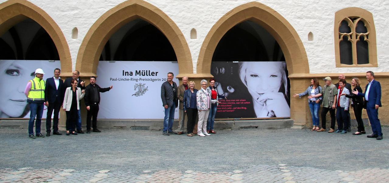 Ina Müller schmückt die Arkaden