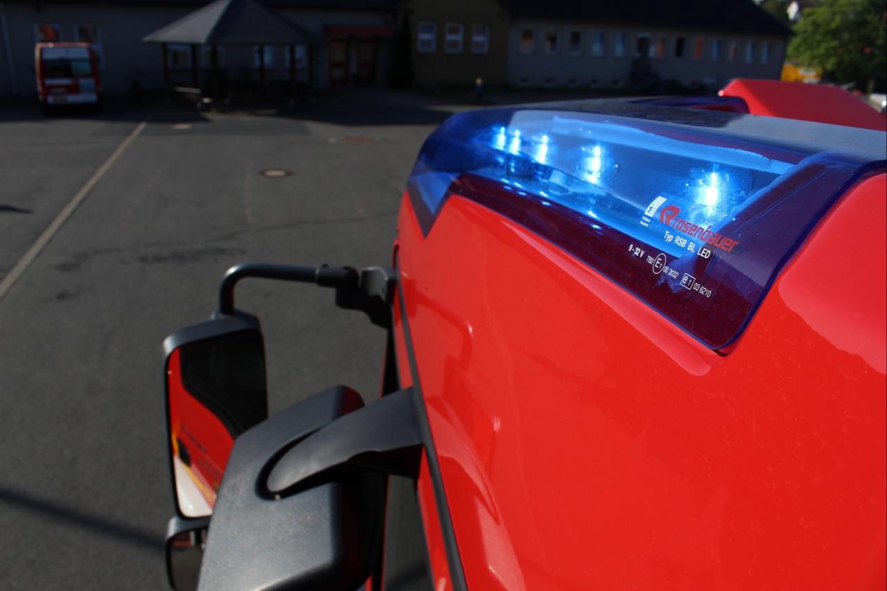 Feuerwehr streut Betriebsstoffe ab