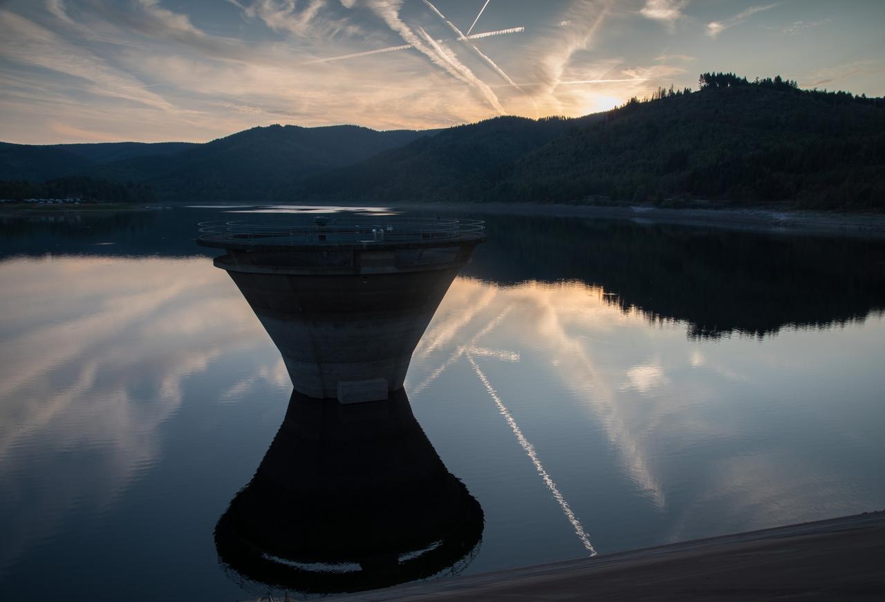Himmel spiegelt sich im ruhigen Wasser