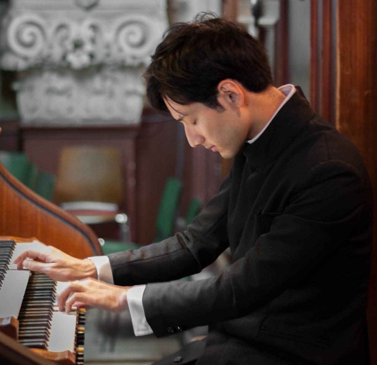 Japanischer Organist an der Sauerorgel