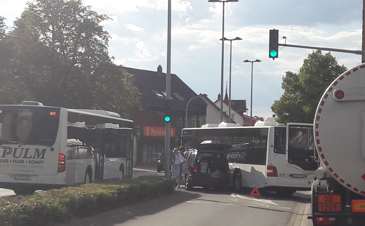 Pkw und Bus zusammengestoßen