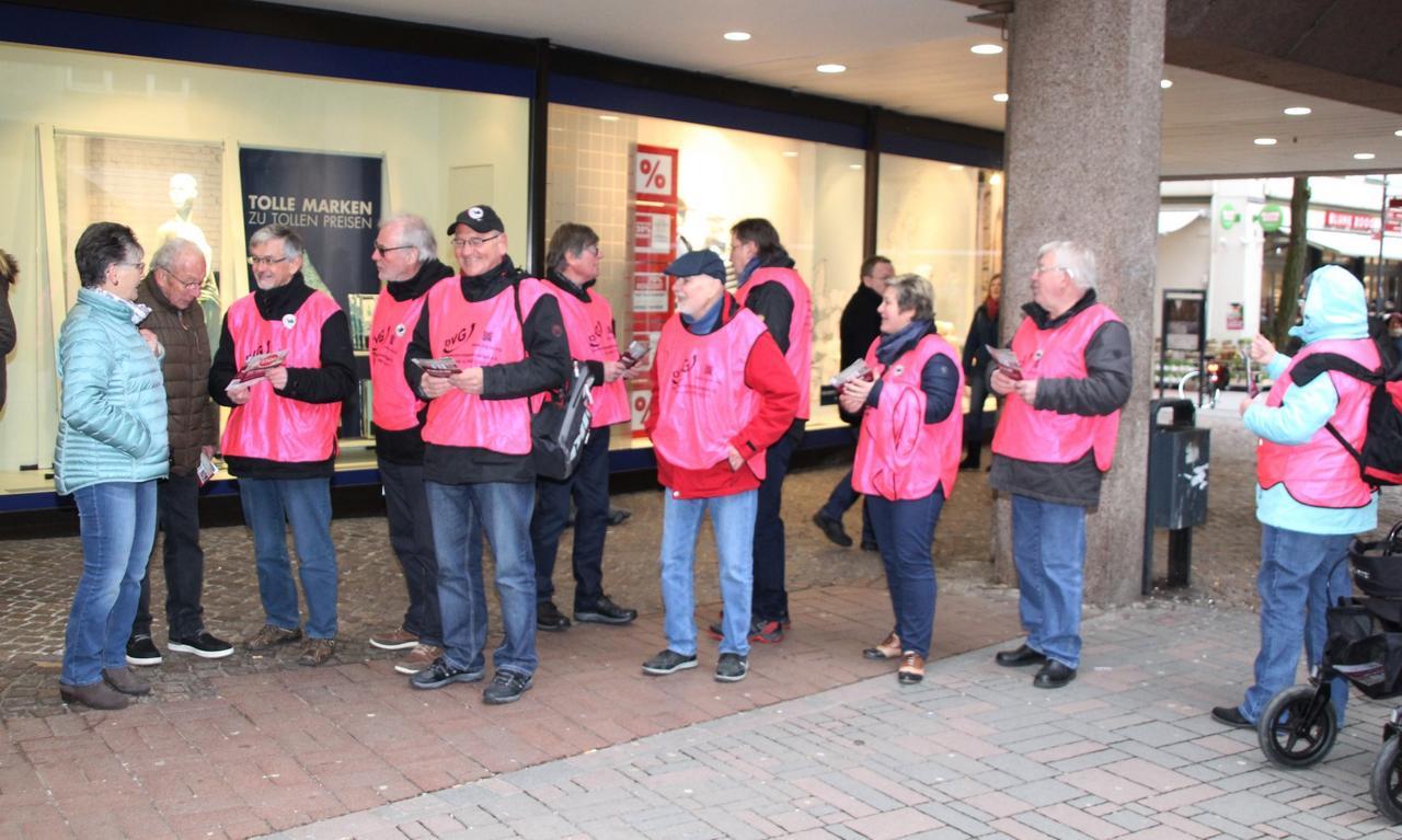 Pink-Westen-Aktion in der Fußgängerzone
