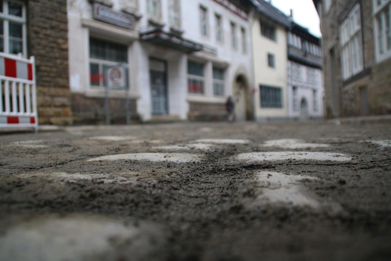 Pflaster in Bergstraße liegt
