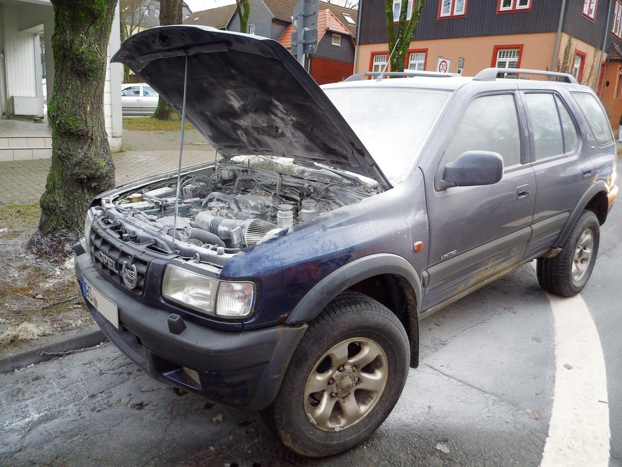 Anwohner löschen brennendes Auto