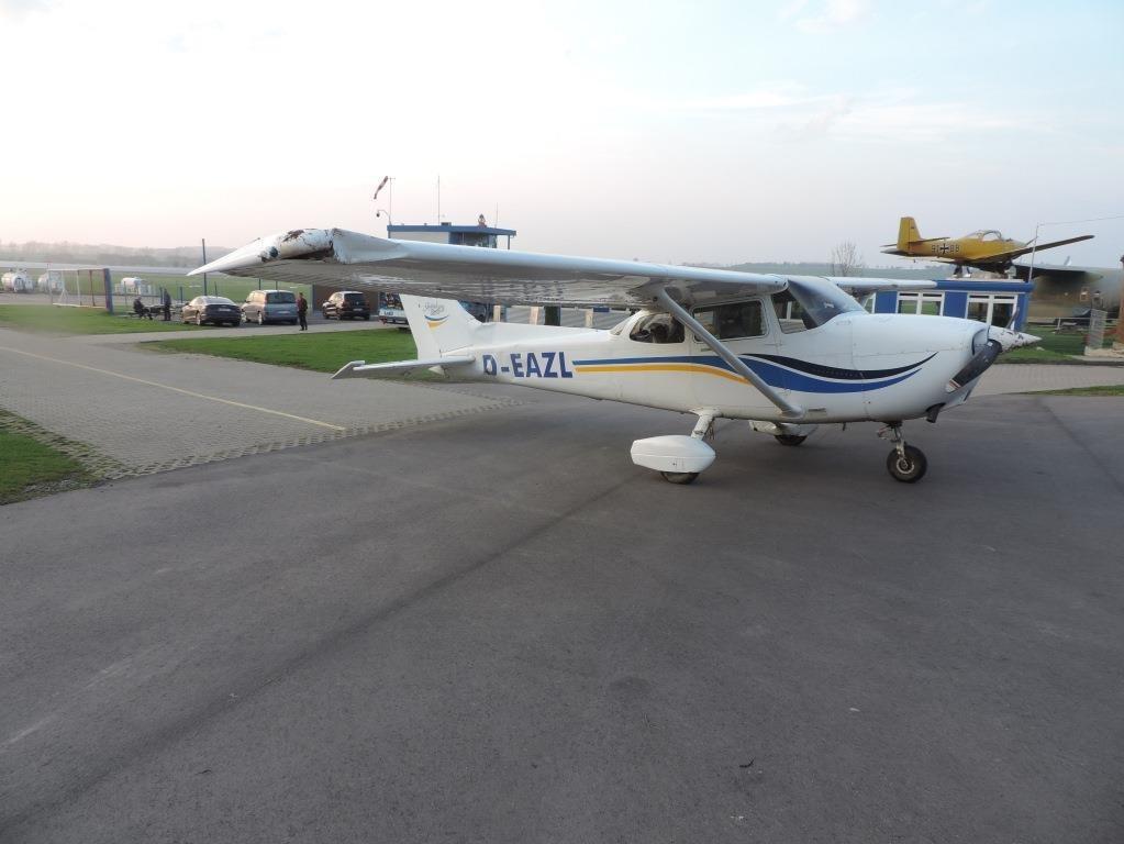 Flugzeug überschlägt sich bei Landung