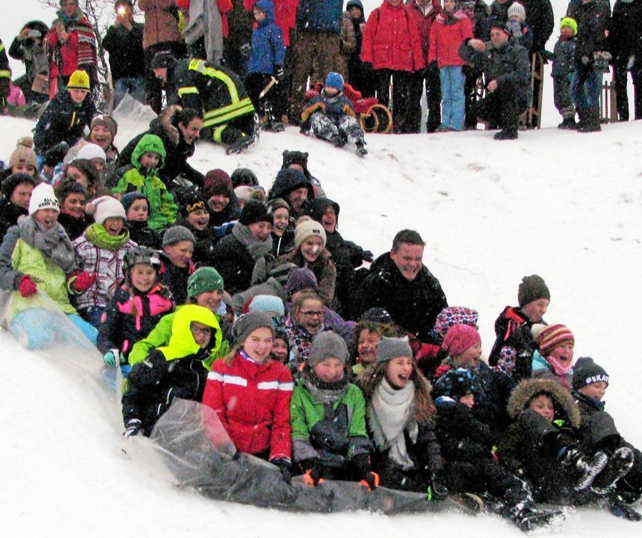 Rudelrodeln beim traditionellen Winterfest