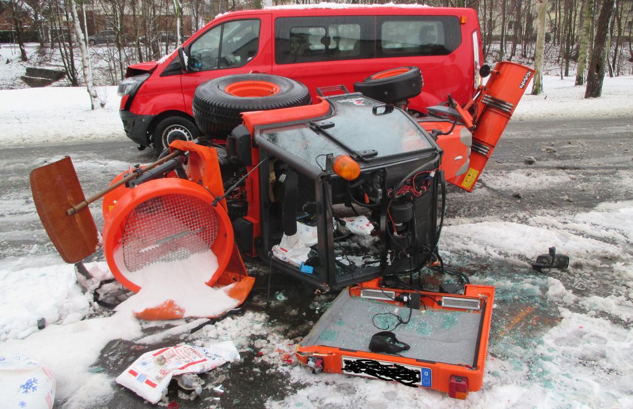 Verkehrsunfall mit Schneepflug