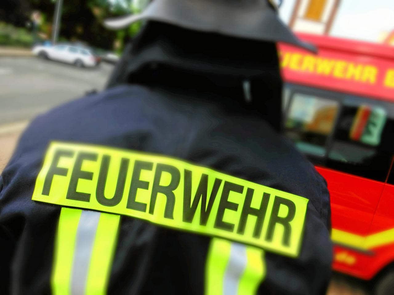 Feuerwehr löscht Fassade