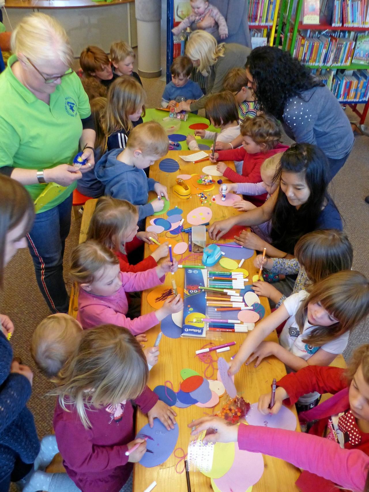 Kinder helfen dem Osterhasen