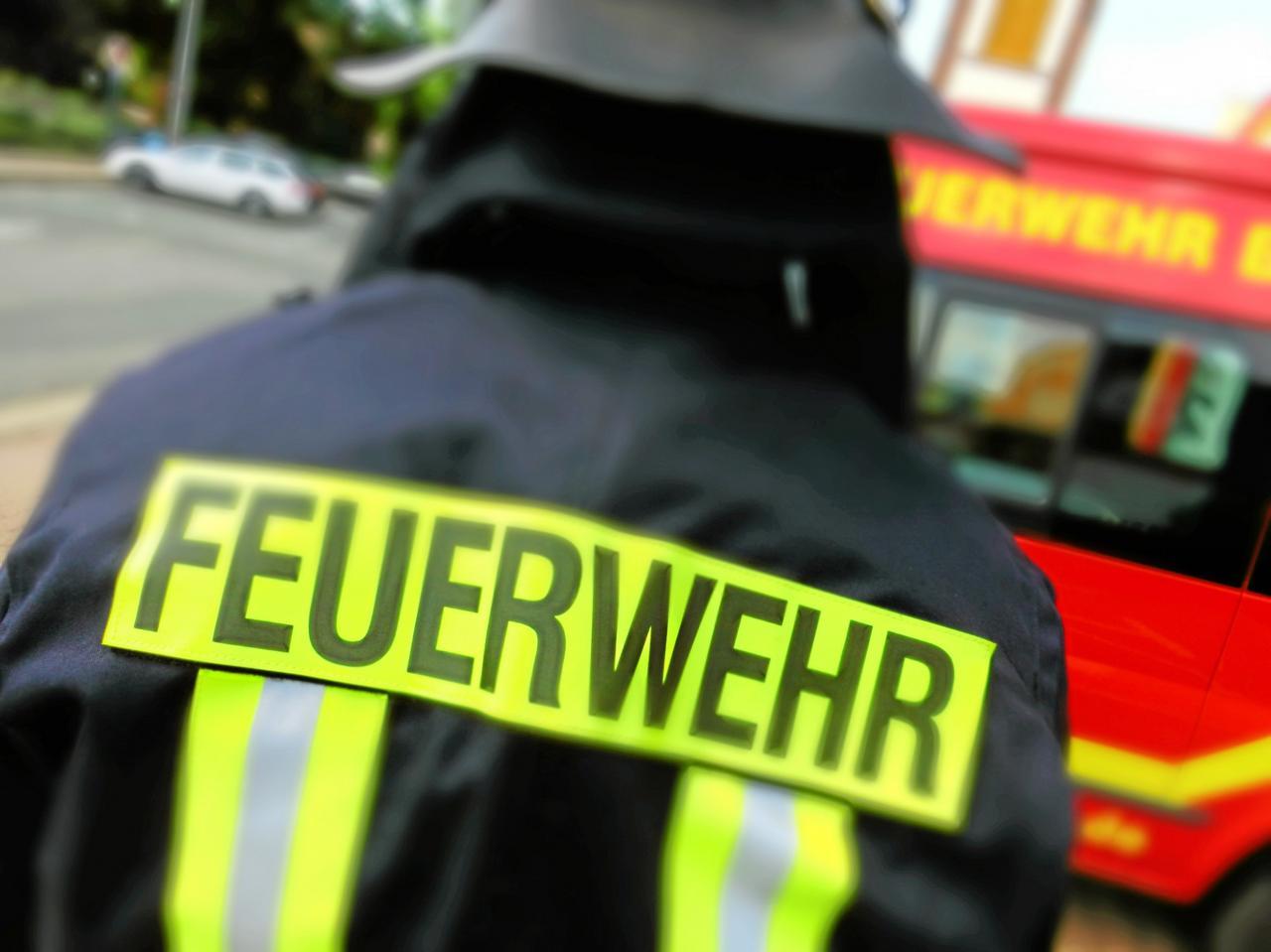 Feuerwehr öffnet Tür für Rettungsdienst