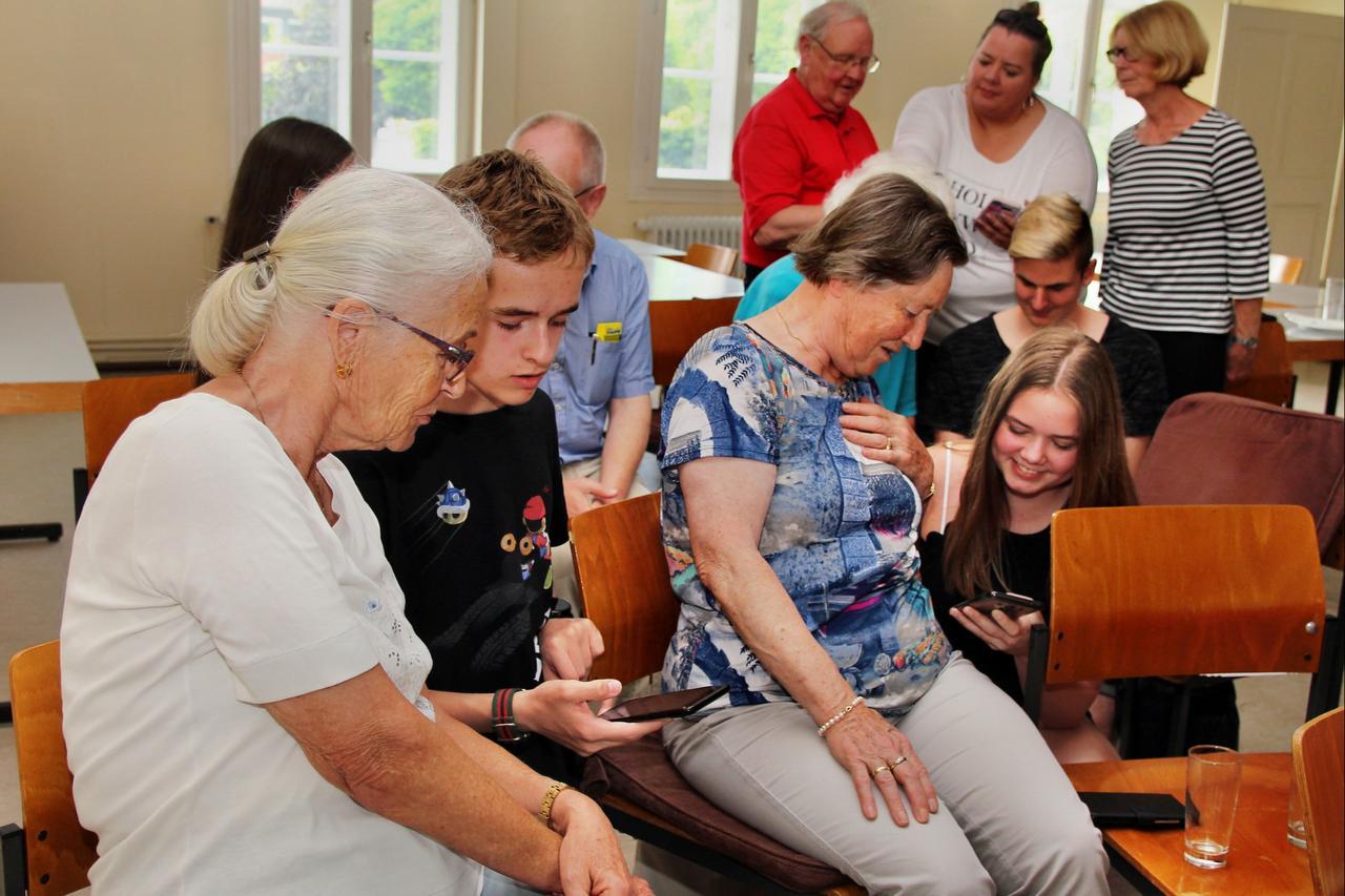 Jugendliche machen Senioren Mut