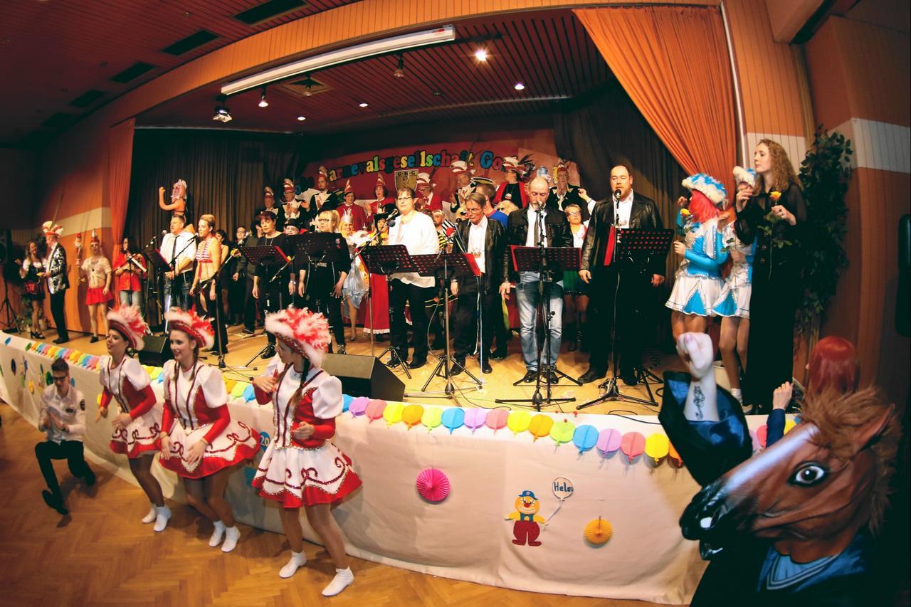 290 Narren feiern Karneval im Lindenhof