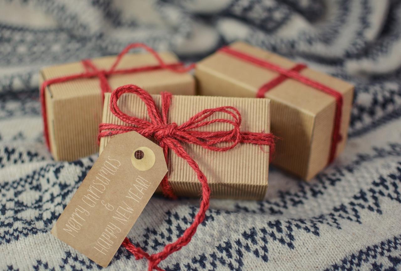 Kinder packen Weihnachtspakete für Kinder