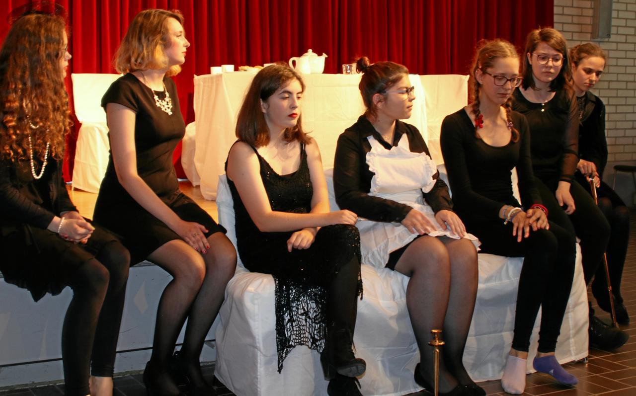 """Die Theater-AG präsentiert """"Acht Frauen"""""""