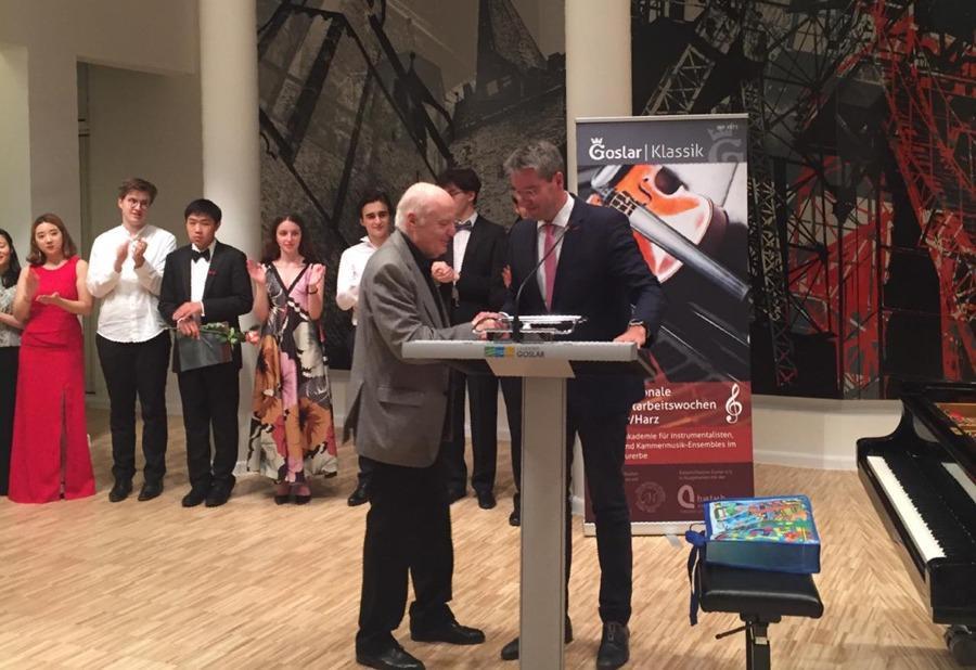 Arie Vardi erhält Ehrennadel