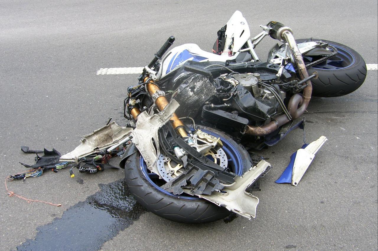 Frontalcrash: Kradfahrer schwer verletzt