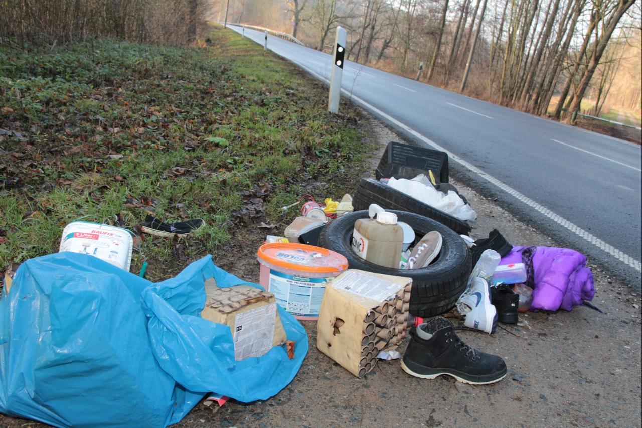 Illegal Müll an B 248 entsorgt