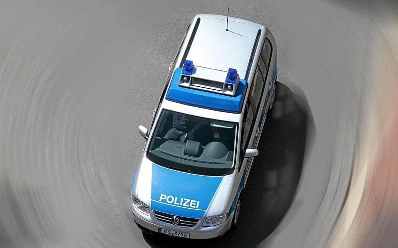 Flüchtiger Täter rammt Auto auf Parkplatz
