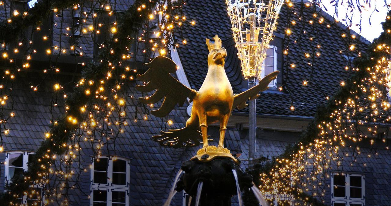 Adler leuchtet auf dem Weihnachtsmarkt