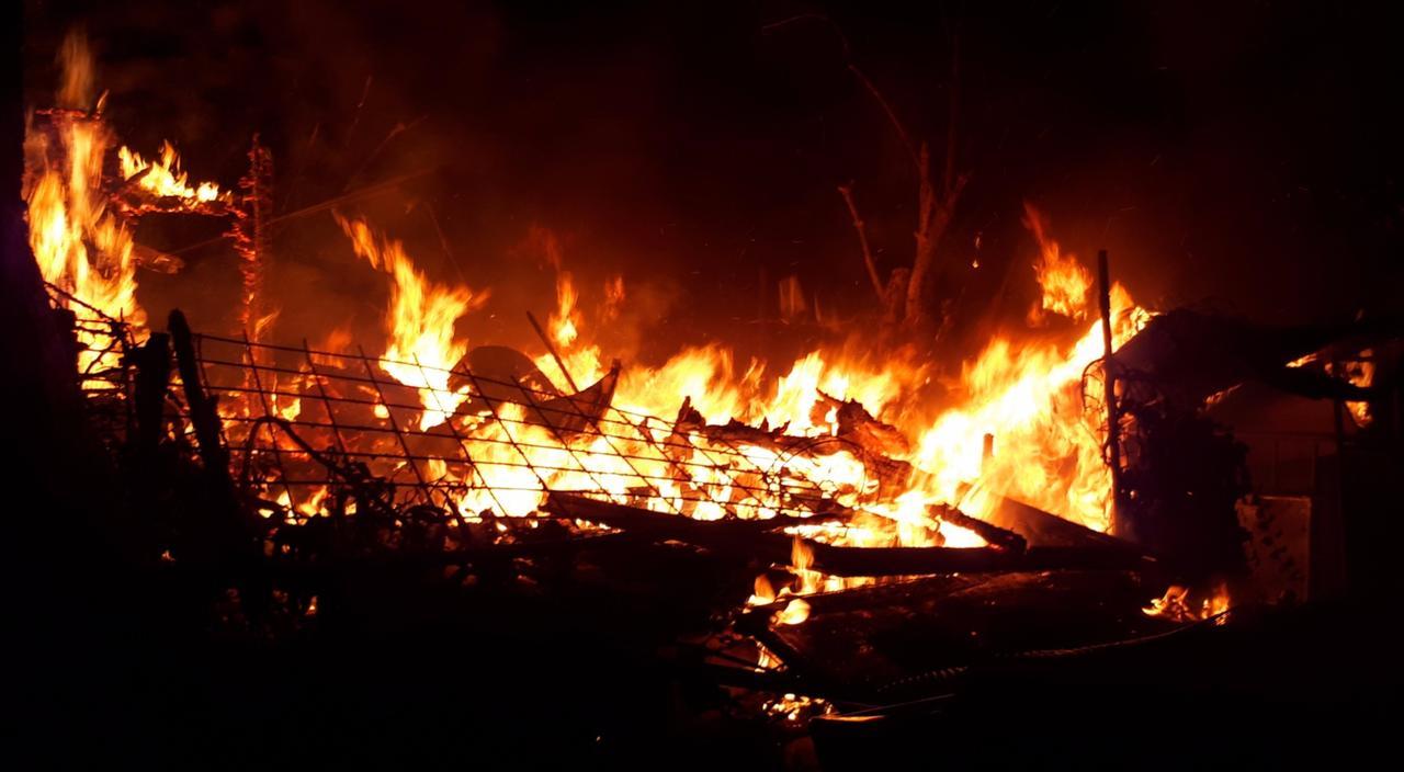 Gartenlaube brennt nieder
