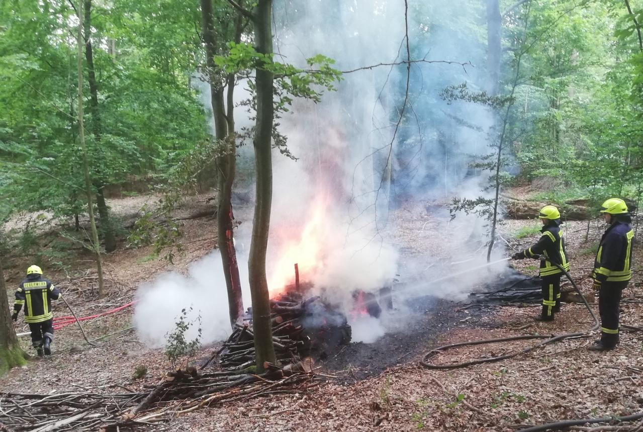 Holzstapel im Wald brennt ab
