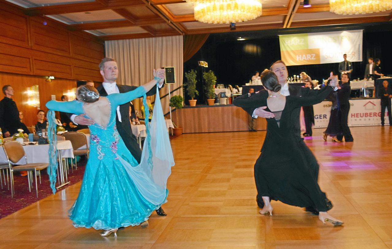 52 Paare tanzen in den Sommer