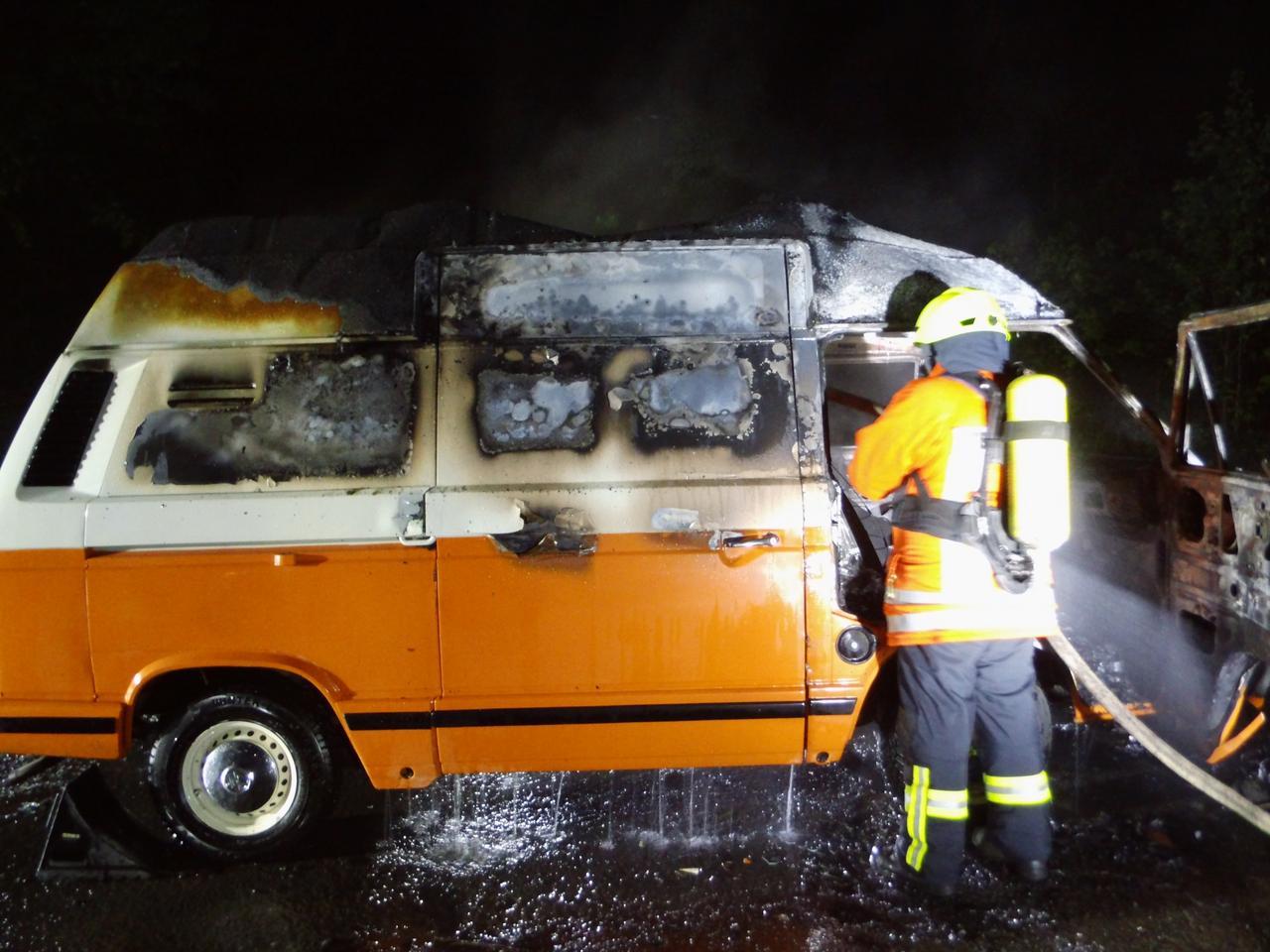 Campingbus brennt an der B242 aus