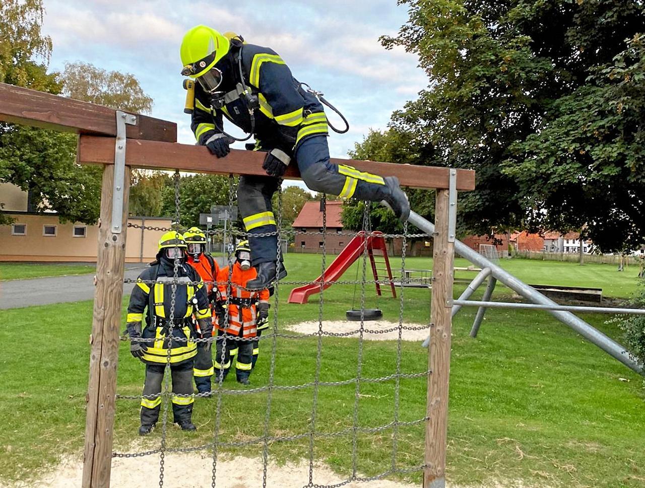 Feuerwehr trainiert auf Spielplatz