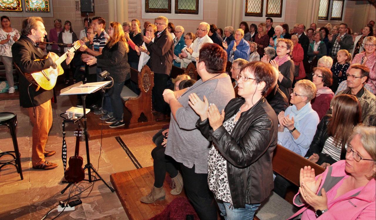 Clemens Bittlinger singt in voller Kirche