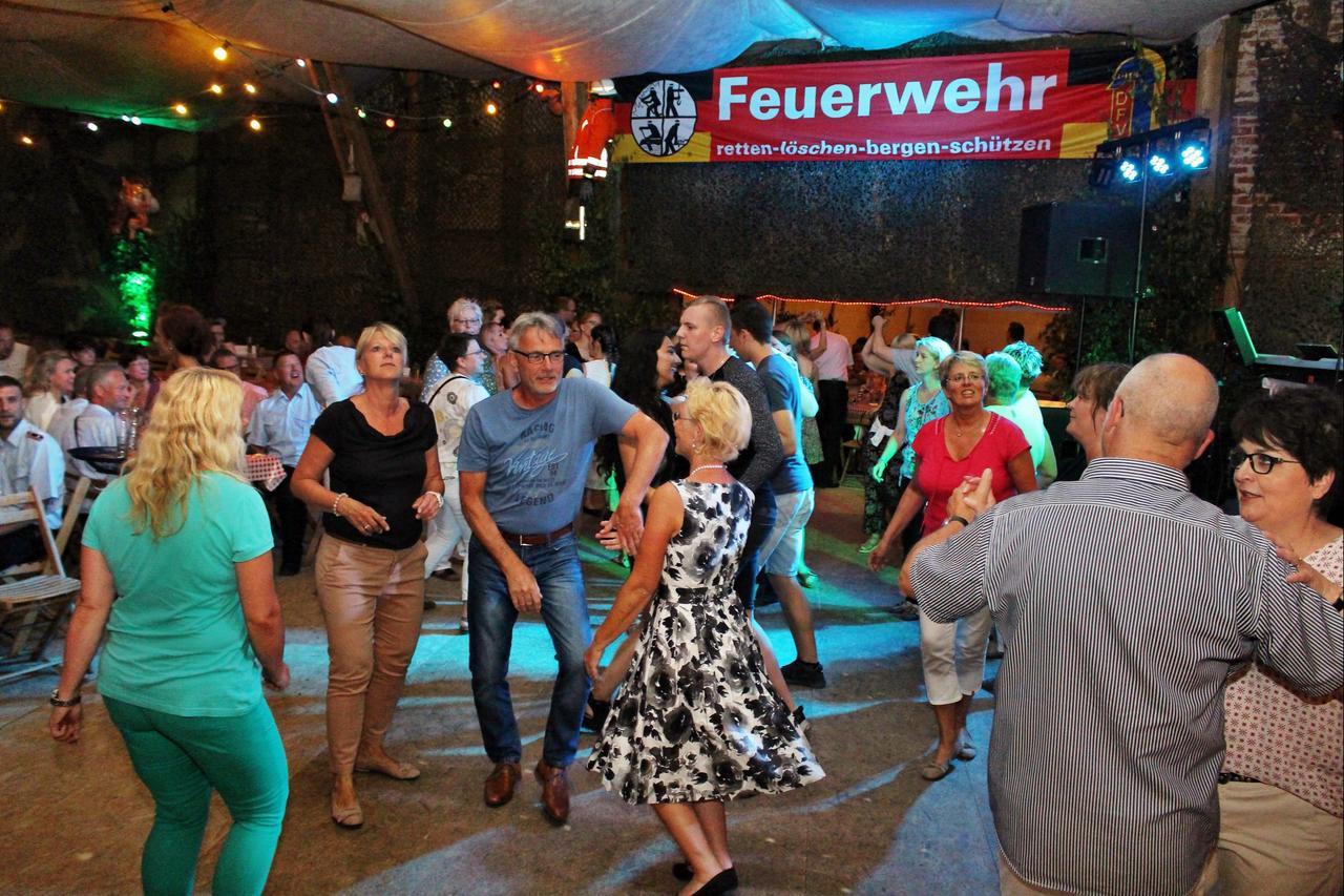 Feuerwehr-Freunde tanzen durch die Nacht