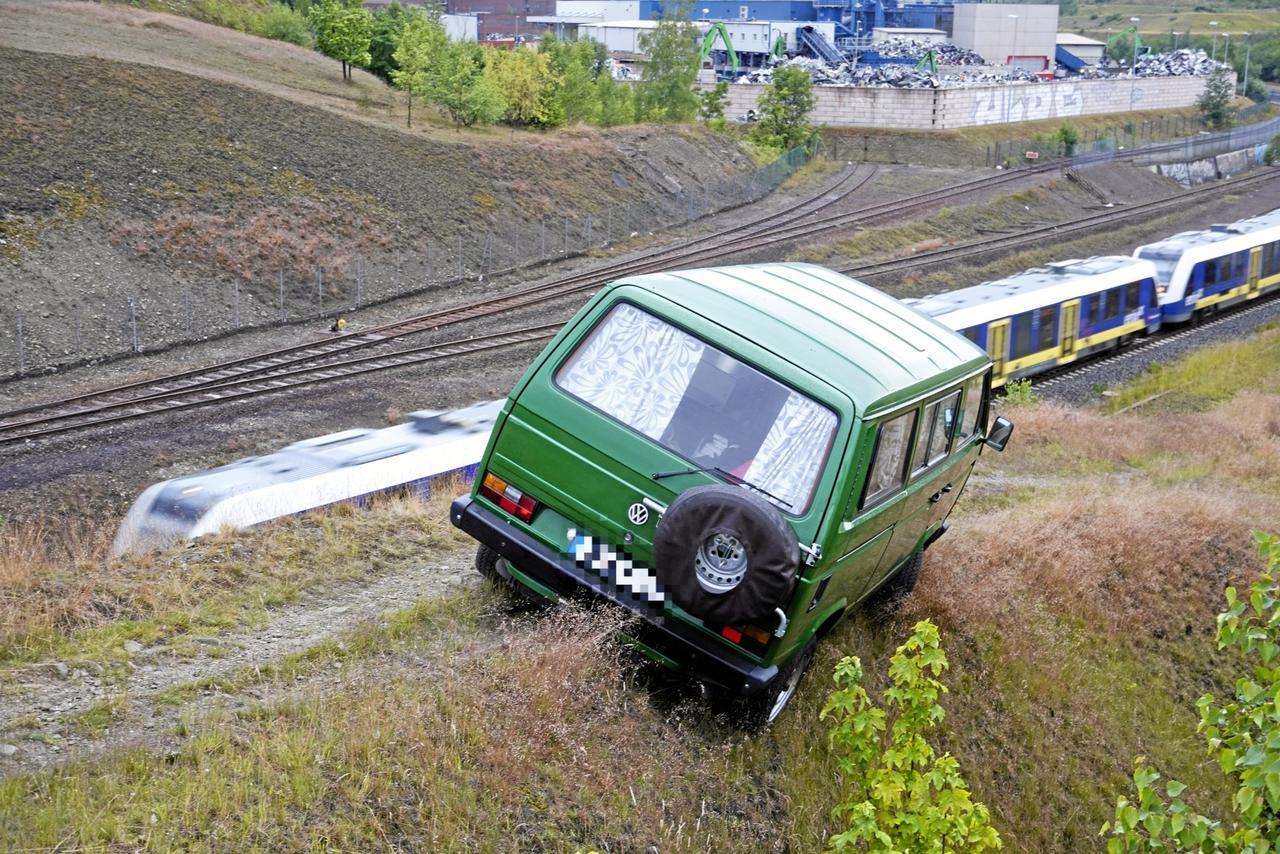VW-Bus havariert im Gelände