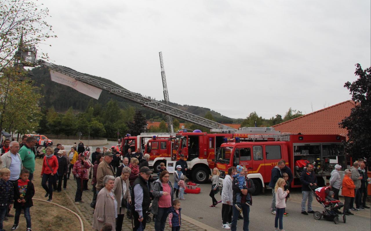 Viele Feuerwehrfahrzeuge wurden vorgestellt