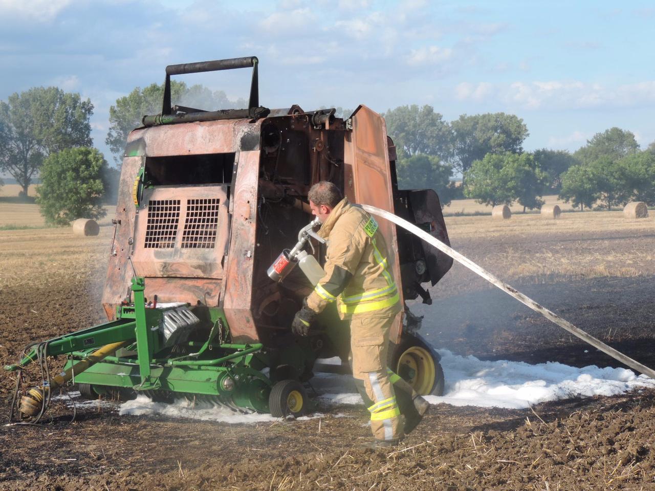 Strohpresse in Brand: 80.000 Euro Schaden