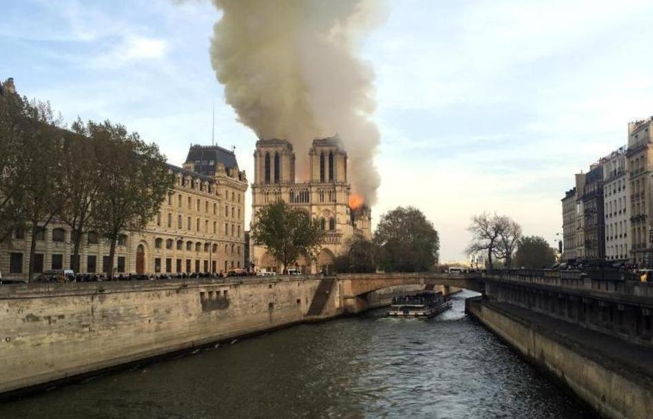 Kathedrale Notre-Dame steht in Flammen