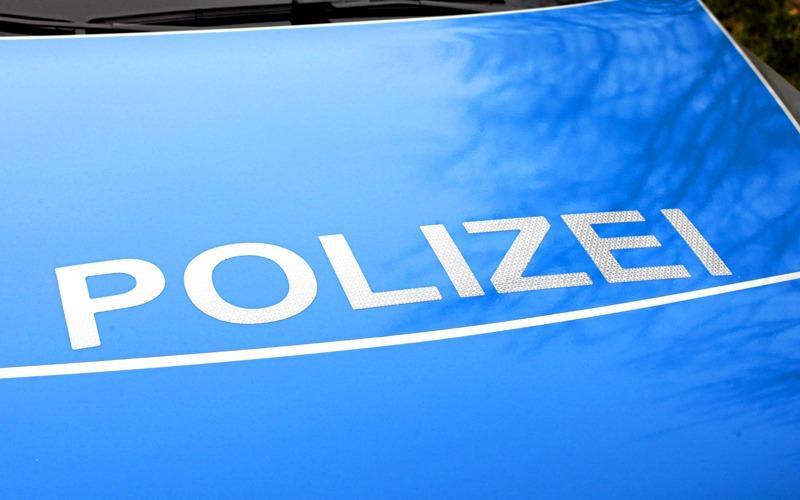 Polizisten vollstrecken einen Haftbefehl