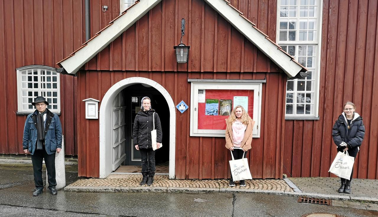 Zwei Konfirmandinnen in Altenau begrüßt