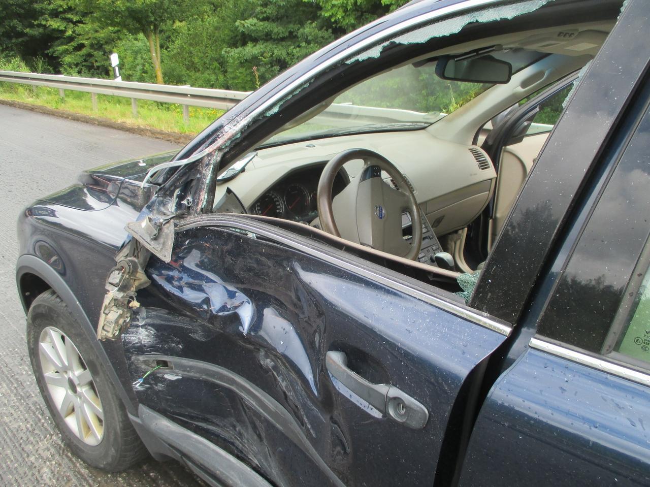 Auto kollidiert mit Lkw: 14000 Euro Schaden