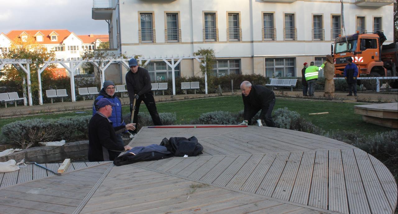 Krippe im Rosengarten wird aufgebaut - GZ Live