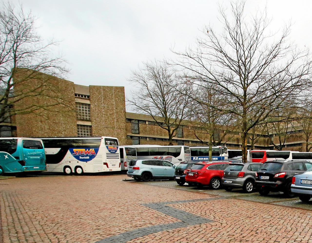 Gratis-Busfahren und Außerhalb-Parken