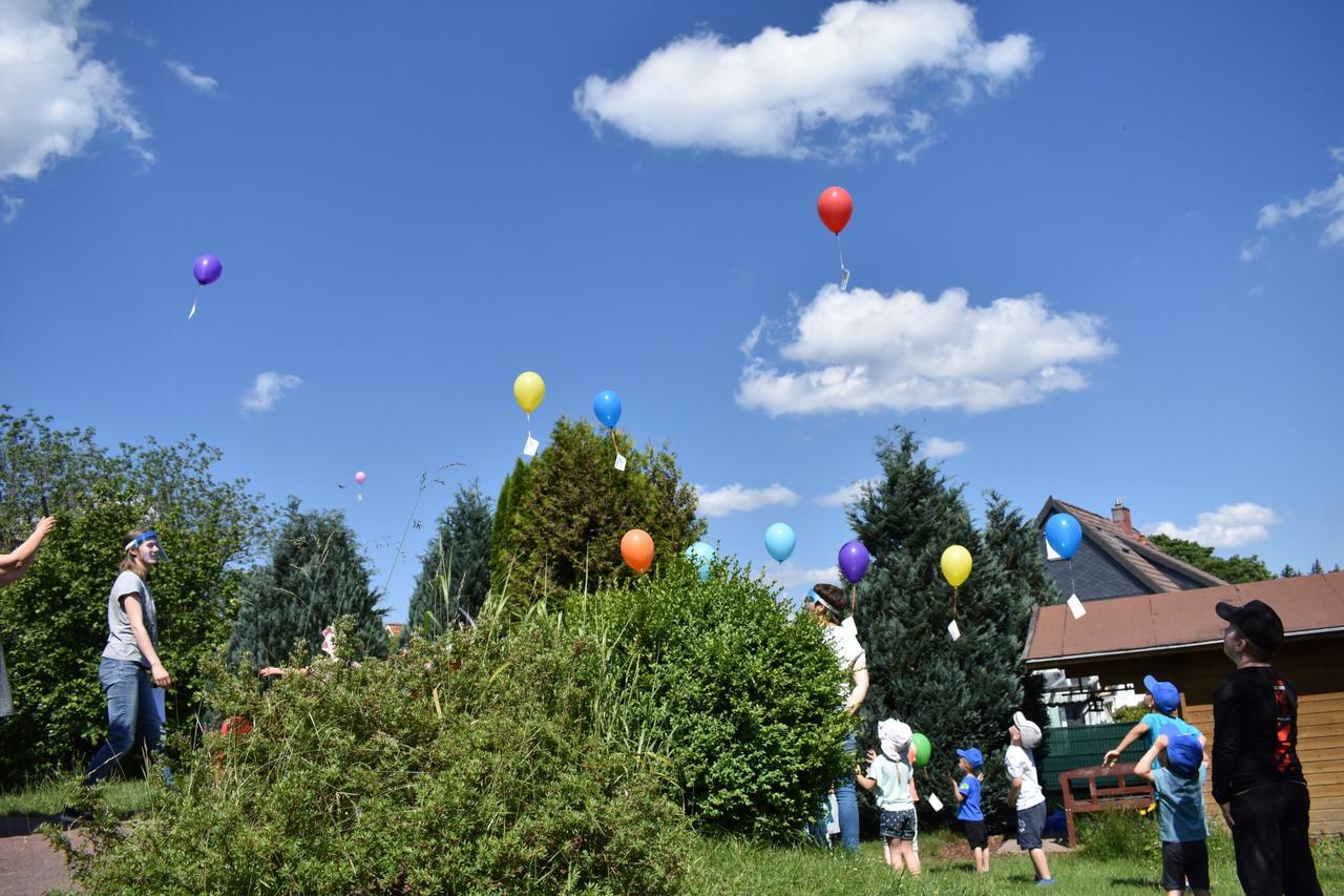 Luftballons auf die Reise geschickt