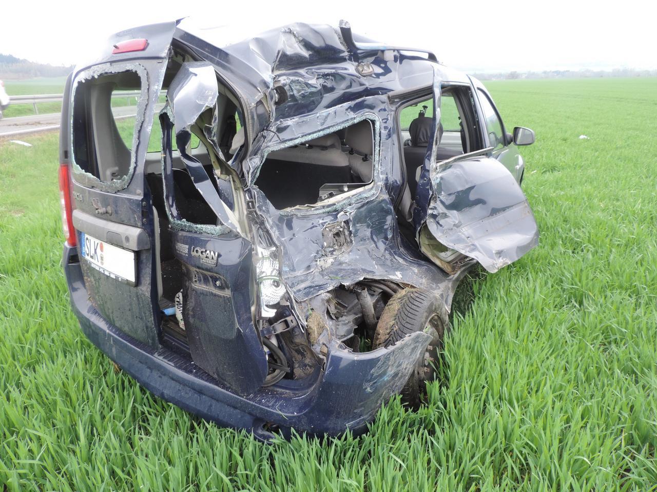 Lkw katapultiert Dacia auf Acker