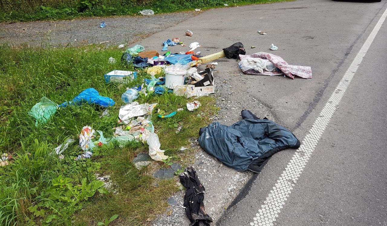 Unbekannte entsorgen Müll an der B 248