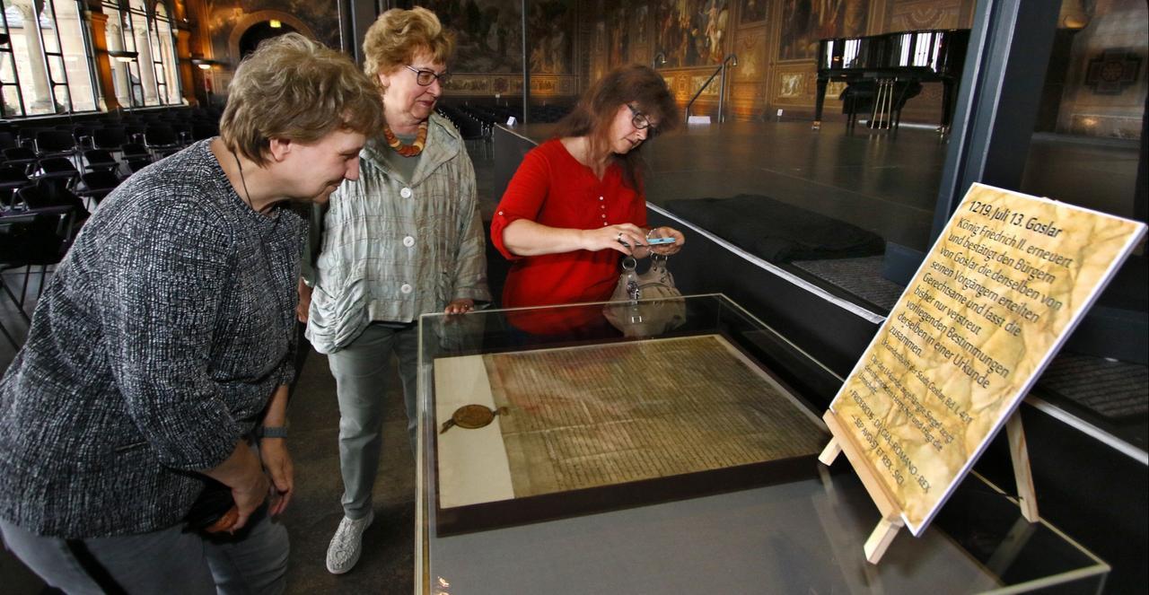 Urkunde liegt aus, Historiker referiert