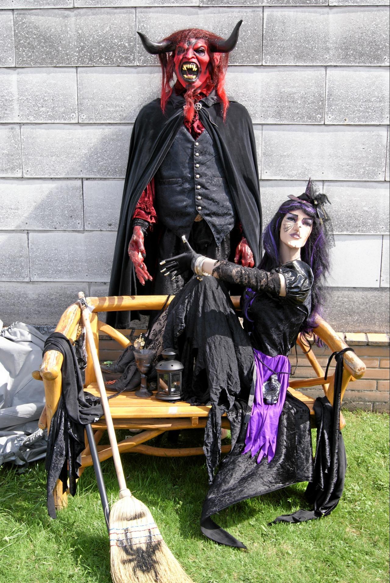 Hexen und Teufel grüßen aus dem Garten
