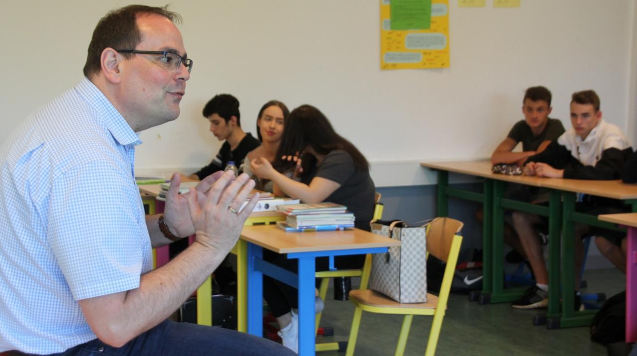Bürgermeister diskutiert mit Schülern