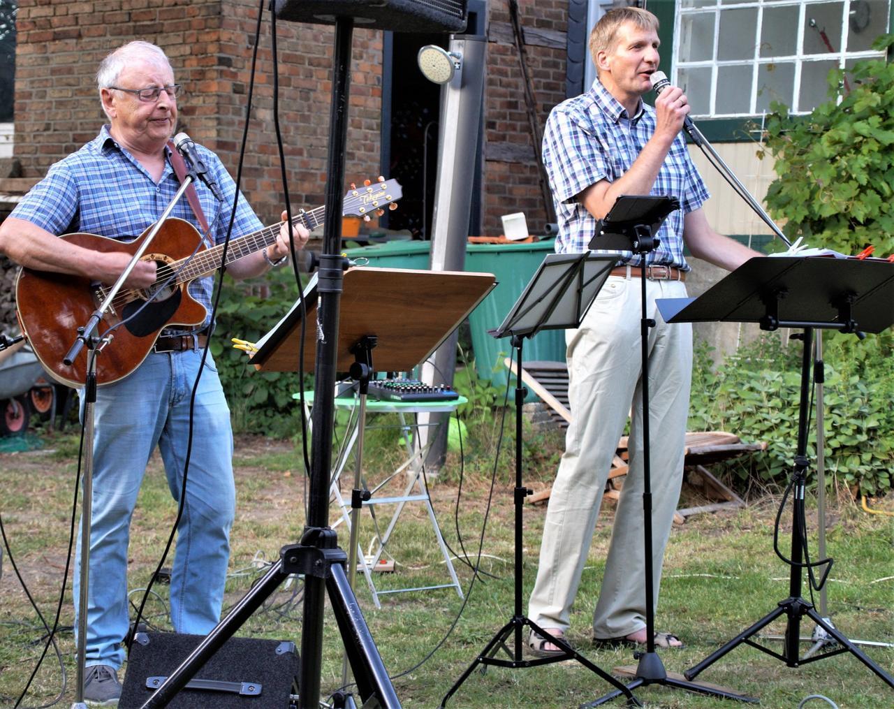 Duo gibt Konzert im Pfarrgarten