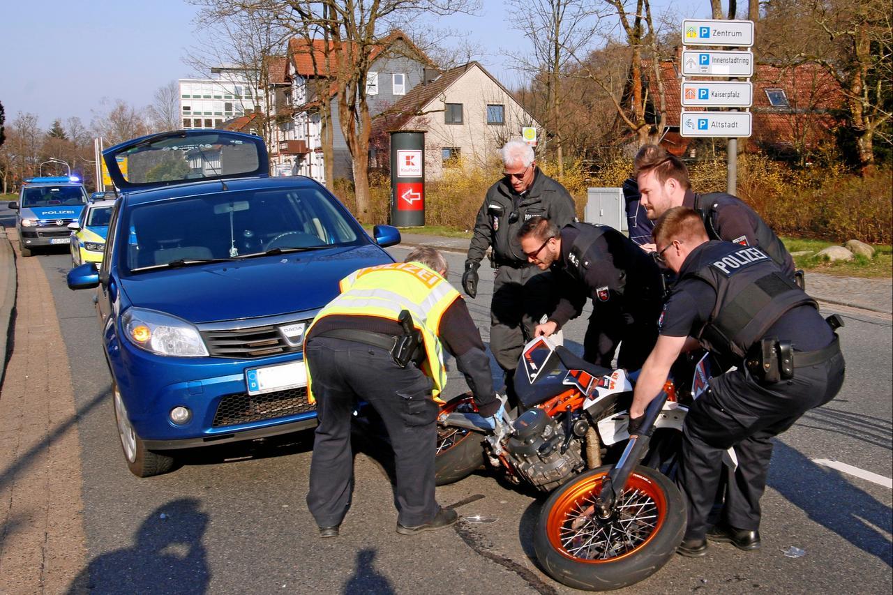 Motorradfahrer leicht verletzt