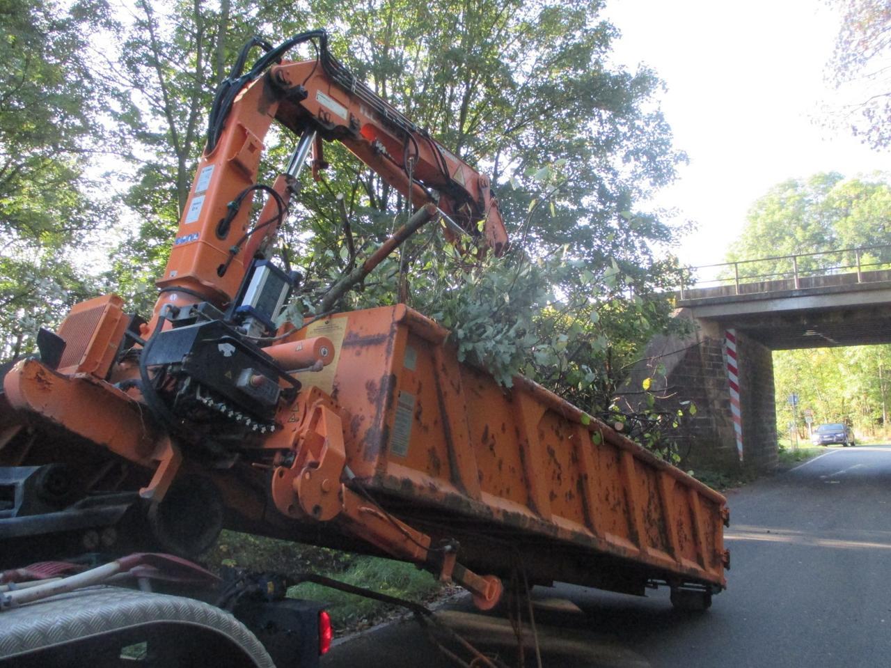 Lkw-Ladekran kracht gegen Bahnbrücke